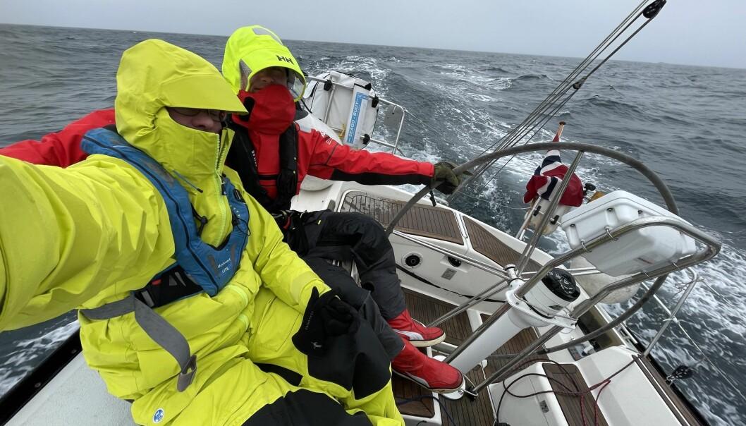KLEDD: Det er mer krevende å seile lange etapper på denne delen av året. Det hjelper å ha vinden i ryggen. Turen blir brukt til å teste ut moderne seilklær.