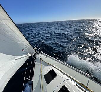 SURF: Det går ikke fort før baugbølgen lander i cockpiten. Da gjør vi mer enn 17 knop.