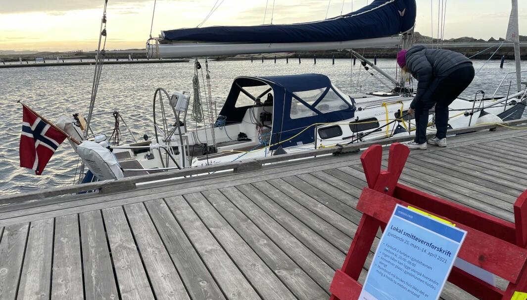 ULOVLIG: Forbudt å fortøye etter kl 20.00 også på Verdens Ende. Vi lå der som eneste båt.
