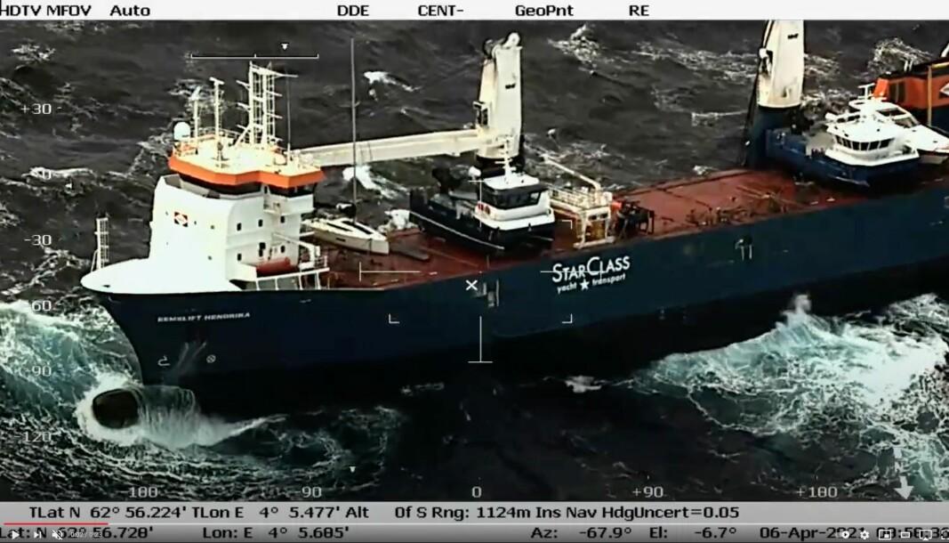 DRIFT: «Eemslift Hendrika» er i drift etter en orkan i Norskehavet. På dekk står det en Elan E5.