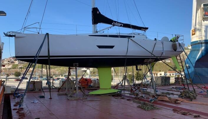 KRYBBE: Båten til Hjallum stoppet fast på dekk i Kroatia på første del av reisen.