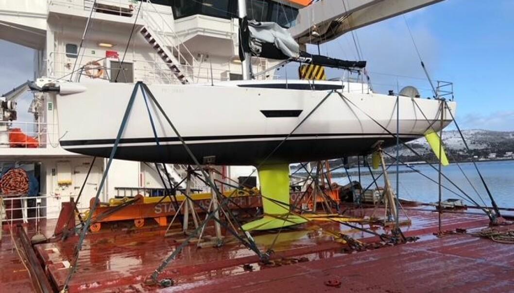 BERGET: «Eemslift Hendrika» ble etter hvert slept til havn med Hjallums Elan E5 på dekk. .