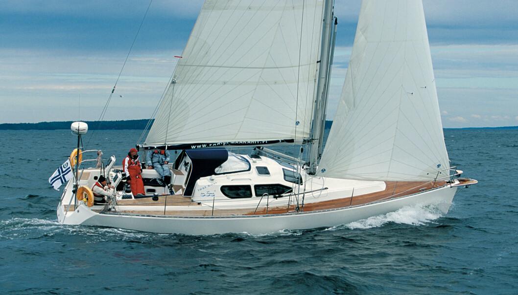 MODERNE: Båten kan beskrives som en finsk RM. Doble ratt på en 40-foter var ikke en selvfølge for 16 år siden. Heller ikke vantene satt til borde.