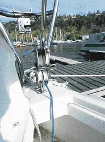FORSTAG: Blokkene som er innfelt i forstaget benyttes når masten skal tas opp eller ned. Lanternen sitter godt beskyttet. Påfylling av vann skjer nede i ankerbrønnen.