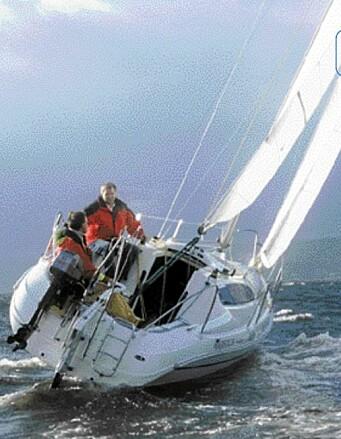 LIVLIG: Majestic 24 har et sjenerøst seilareale, og båten ble livlig straks det frisknet på. Det er viktig å redusere seilareal etter forholdene for å ha kontroll med båten.