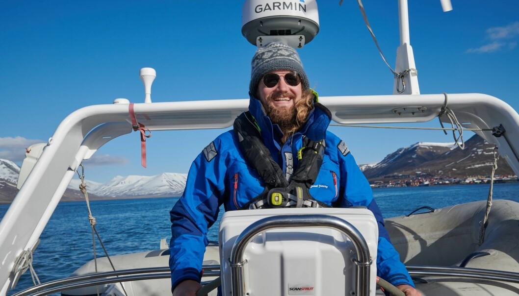 SJØMANN: August Botne Sandberg har flere sesonger som skipper på Svalbard bak seg. Nå skal han seile ditt på egen kjøl.