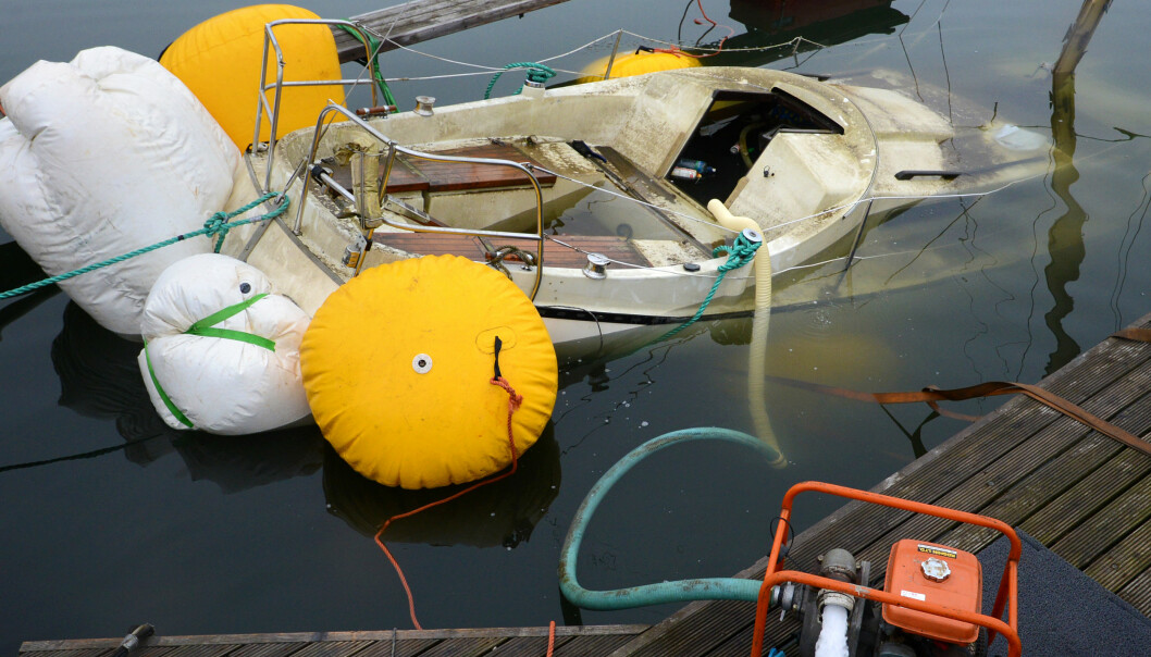 HEVET: Seilbåt blir hevet etter å ha sunket i havn i løpet av vinteren. (Illustrasjonfoto)