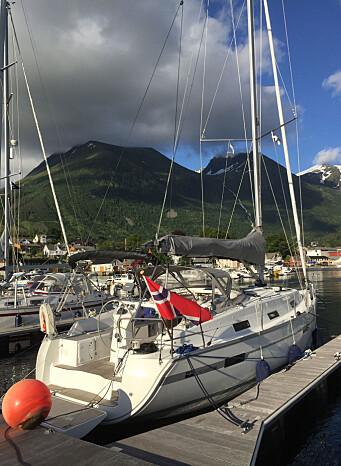 Solid og god havn i Rosendal. Mange båter, men alltid plass til en til. Denne brygge-plassen var merket «Hermann Friele», men han var heldigvis ikke til stede.