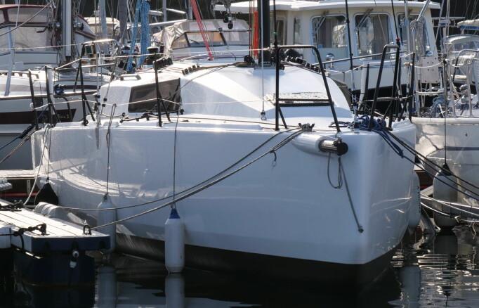 Båten har et negativt spring, som reduserer vekten i forskipet.