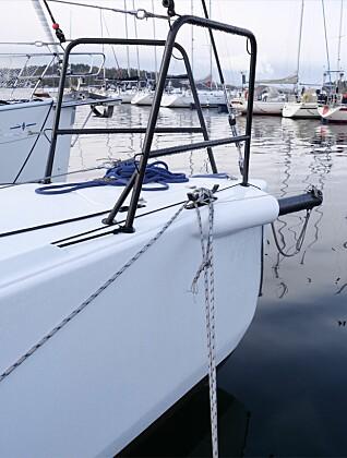 Baugen har mye volum, og baugsprydet er utskyvbart slik vi kjenner fra J-Boats.