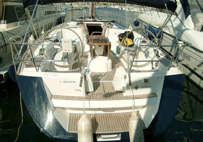 COCKPIT: Båten har doble ratt og åpning i akterspeilet hvor det er en badplattform.