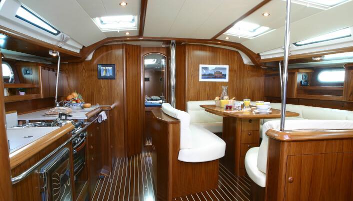 Kombinasjonen av mørkbeiset mahogny og hvite flater skaper er flott yacht-like interiør.