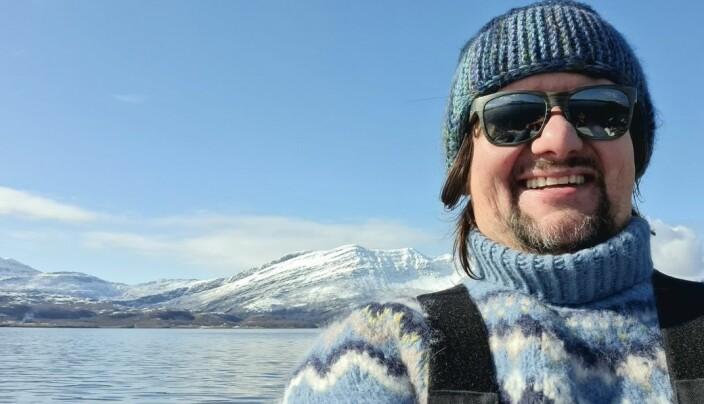 Håkon Byberg med snedekte fjell i bakgrunnen