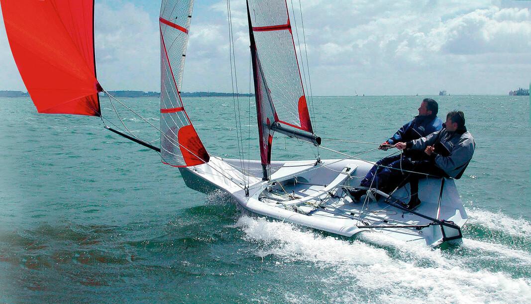 RASK: 59er var utviklet for morsom seiling uten trapes. Båtene fra Frank Bethwaite har ingen planingsterskel. Selv i flau vind slipper vannet. Vannstrømmen rundt skroget møter minimal motstand..