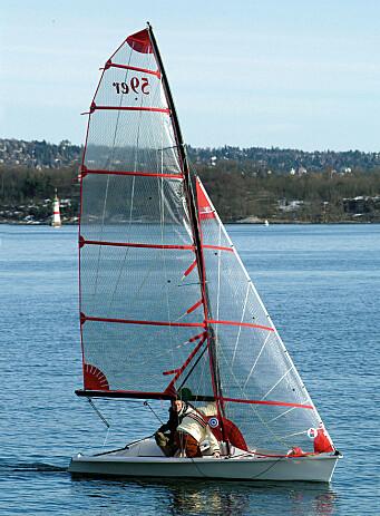 Båten skyter fart selv i de minste vinddragene og genererer sin egen fartsvind. I lette vinder er det nesten som å seile en isseiler.