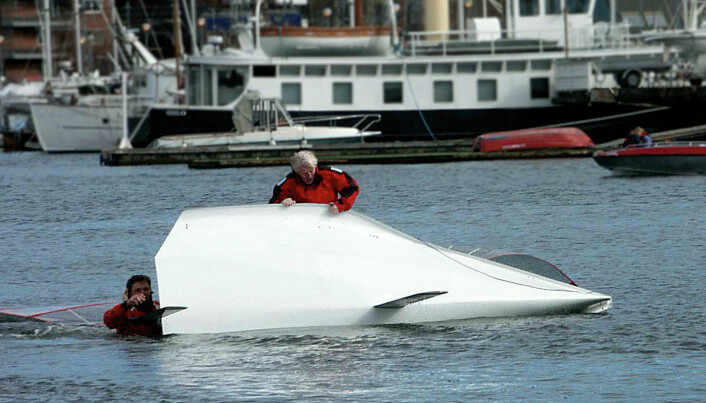 Det kreves litt trening for å beherske 59eren. Båten er ekstremt smal i vannlinjen. Mest krevende er det å seile i ustabil vind som her hvor testteamet fikk oppleve det kalde mars-vannet.