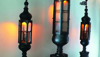TRE AKTERLANTERNER: På 1700-tallet ble det vanlig at fjåtesjefen førte tre lys akterut. Arsenale, Venezia.