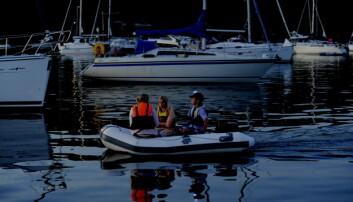 PÅ HODET: Båt under 7 meter, som ikke kan gå fortere enn 7 knop, klarer seg med en rundtlysende, hvit lanterne. Denne smartingen fra NaviLight kan festes til caps´en med magnet.