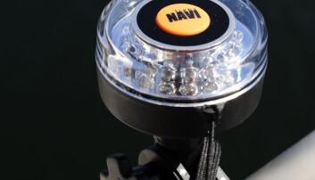DIODELYKT: Smart ankerlanterne fra NaviLight. Rundtlysende diodelykt på magnetholder. Men den må du tenne og slukke selv.