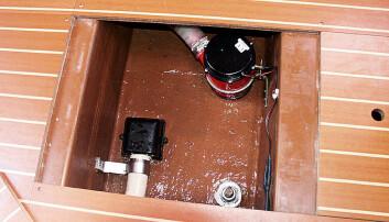 Ikke mye plass til vann under dørken her, men greit å komme til pumpene.