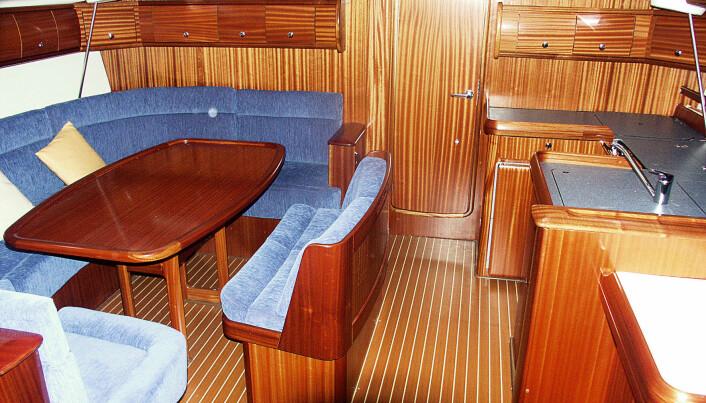 Salongen med pantry og kartbord så vidt synlig til styrbord. Døren og dørrammen forut dårlig tilpasset.