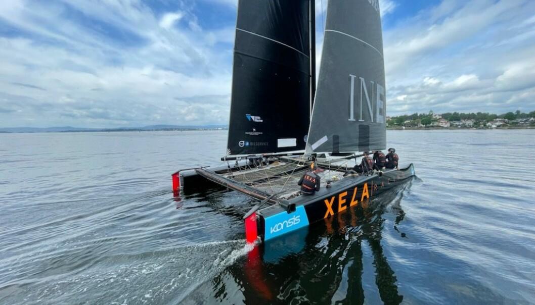 Xela Racing har brutt i den sterke sønnavinden. Her er båten fotografert rett etter starten i dag.