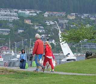 PUBLIKUM: På Oscarsborg var det flere som fulgte med båtene som slet i vinden.