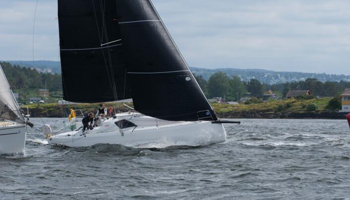 LITEN OG RASK: Sun Fast 3300 debuterer som regattabåt med fullt mannskap under NM.