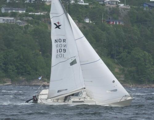 UTBLÅST: Den kraftige vinden vil bli kostbar for Express-seilerne. Den kraftige vinden strekker polyseterduken i seilene og gir permanent skade. verre var det for dem som mistet riggen.
