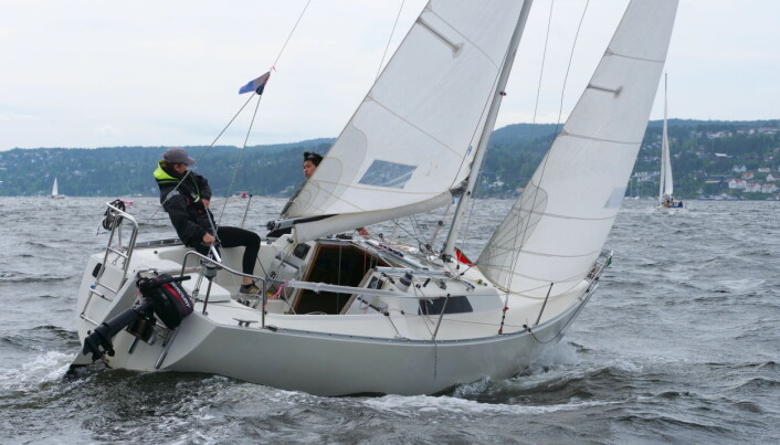 START: Ungguttene plukket opp vinden i Bundefjorden etter start, og fikk en ledelse