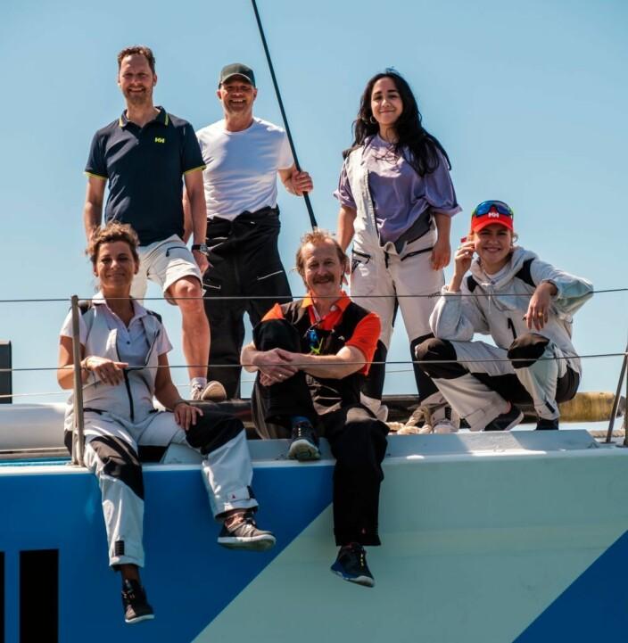 TV: Kjendiser på dekk av båten som fraktet dem over Atlanterhavet.