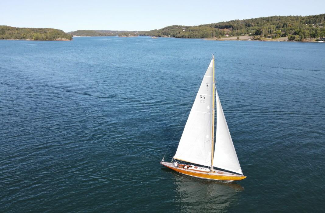 RIGG: Lett og stiv mast med stumme seil gjør «Flirt IV» rask og responsiv i lett vind.