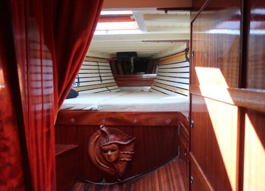 EIERLUGAR: Båten har en stor og trivelig forpigg.