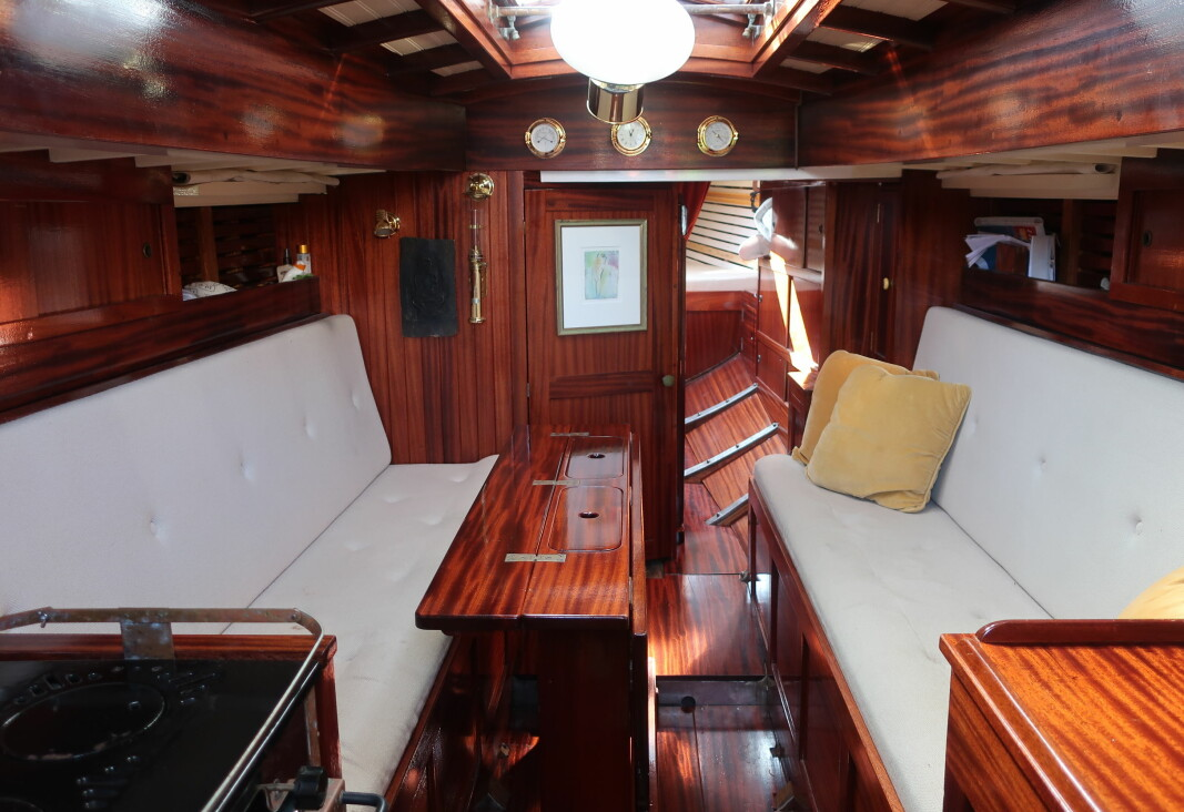 SALONG: Å oppholde seg i salongen er som å reise tilbake i tid, selv om båten er utstyrt med dagens komfort.