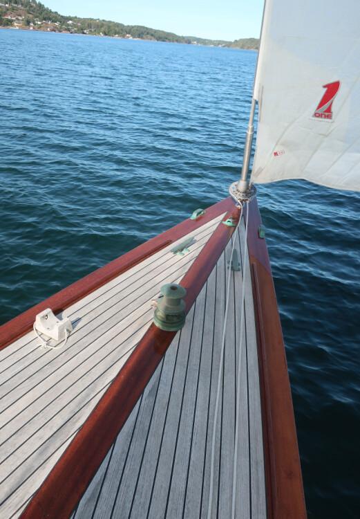RULLE: Båten har elegant tulleforstag. Også ankervinsj er på plass.