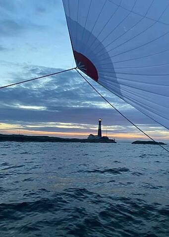 FÆRDER: Klassisk regattamotiv. «Hyrrokin» passerer Færder Fyr.