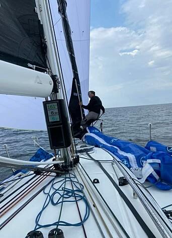 SEILBYTTE: Tim Sandberg på fordekk for å bytte fra Denne gangen fra A2 til A3 om bord på «Hyrrokin».