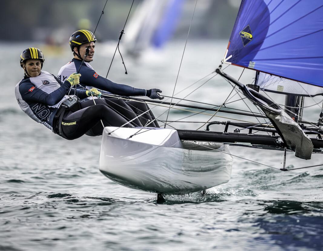 SAMARBEID: Å seile en Nacra 17 krever samarbeid i høy potens. Alt skjer fort og enhver liten bevegelse kan gi store utslag.