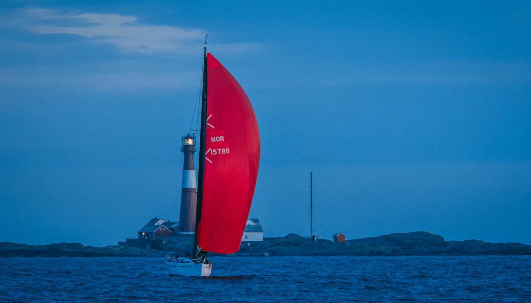 I TÊT: Marius Løken fra Røyken er på sporet av noe stort med sin Dehler 44 «Off Course», her vakkert fanget under Raymarine TwoStar.