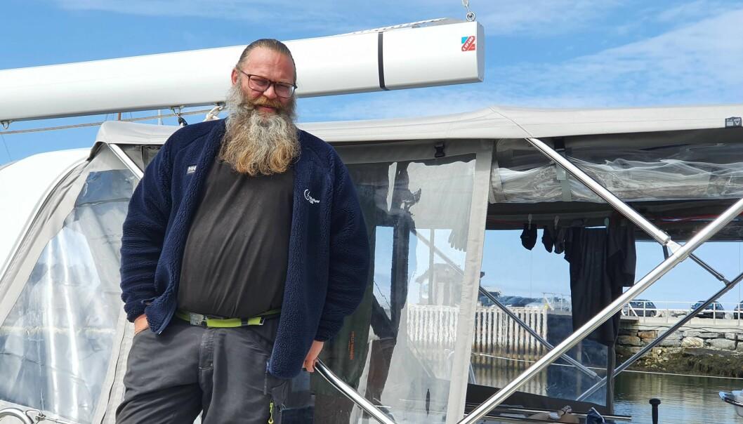 SØPPEL: Rolf-Ørjan Høgset seiler langs kysten og plukker søppel, og får testet båtene ordentlig. Her i Beneteau Oceanis 51.1 på Vega.