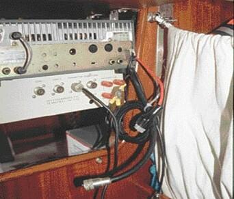FORSIKRING: Trekk ut alle ledninger inkludert antenneledninger fra elektronisk utstyr ved tordenvær. Her er alt koplet fra radar, HF-radio og tuner. Legg imidlertid merke til at jordledningene fra chassis fremdeles er koplet på for å lede eventuelle spenninger mot jord.
