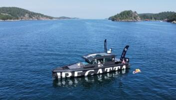 TUR: Produsenten Regatta er langs kysten å sjekker båtfolkets redningsvester.