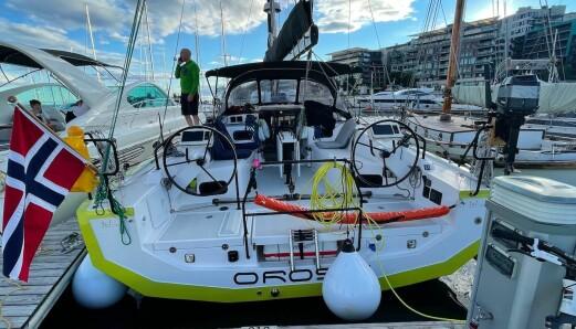 BREI: Båtens enorme størrelse gir en stor cockpit, samt høy krengningsstabilitet.