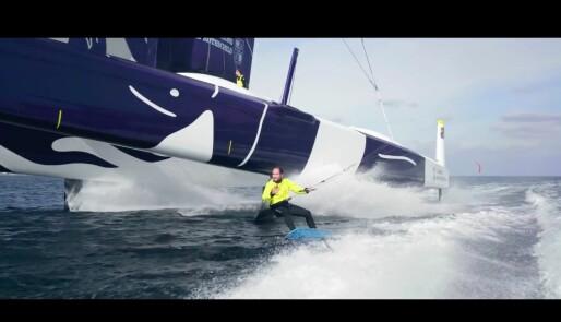 105-fots trimaran møter foilende kitesurfere