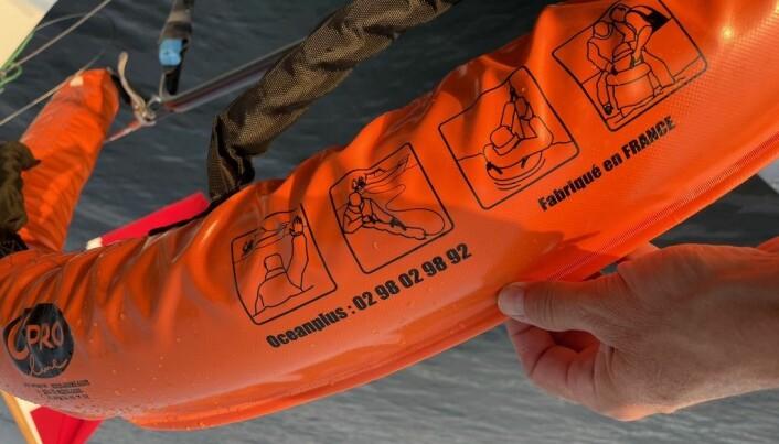 INSTRUKSJON: Pølsa har også kraftige håndtak som gjør at mannskap om bord kan hjelpe til med å løfte.