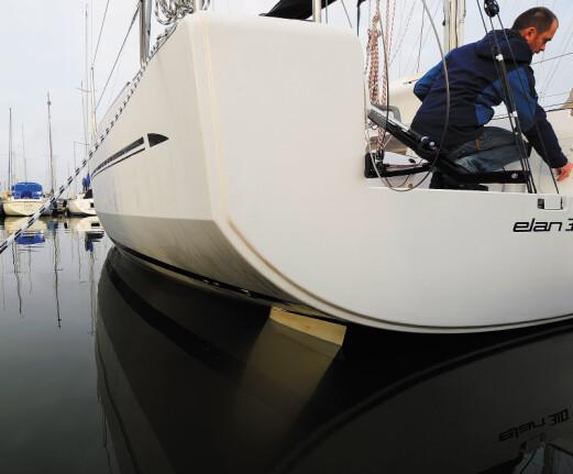KNEKKSPANT: Båten har knekk i fribordet akter og knekken fungerer nærmest som vannlinje når båten seiler bidevind og krenger.