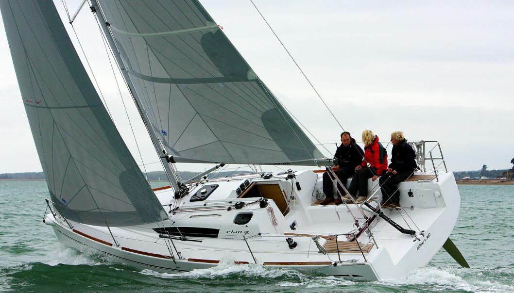I BALANSE: Elan 310 seiler med god balanse på bidevind takket være at skroglinjene når båten krenger, blir tilnærmet symmetriske og vannlinjebredden smal.