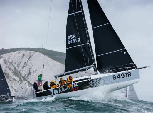 SJØ: Høy fart og store bølger gjør det ubehaeglig å seile.