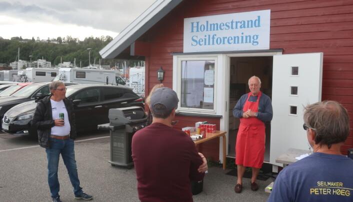 SERVERING: Formann i Holmestrand Seilforening, Hans Narverud, ønsker singlehandedseilerne velkommen.