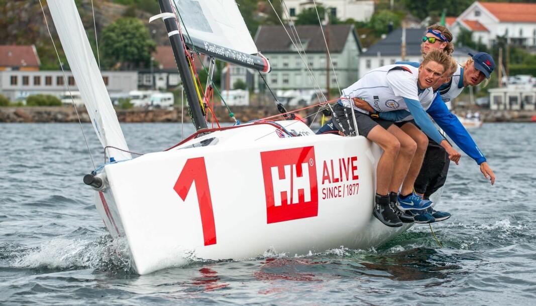 TRAVLE SEILERE: Tiliam og Tinus Strømme har sammen med Oscar Nøttingnes Skovly hatt noen travle uker i høyst forskjellige regattabåter.